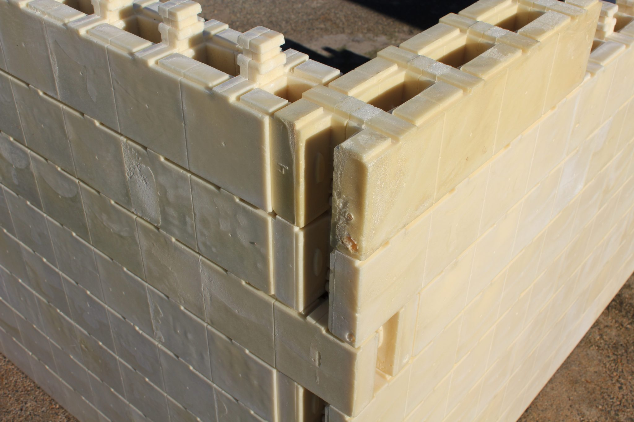 modular building blocks that fully interlock on placement
